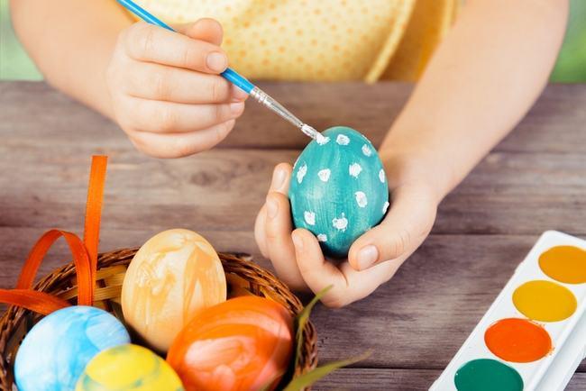 9 idei simple pentru decorarea oualor de Pasti
