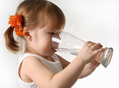 Cum sa-ti convingi copilul sa bea apa