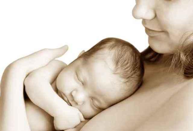 Contactul piele pe piele dintre mama si bebelus dupa nastere