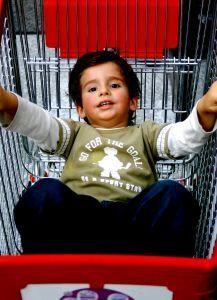 5 trucuri pentru cumparaturi linistite alaturi de copiii mici