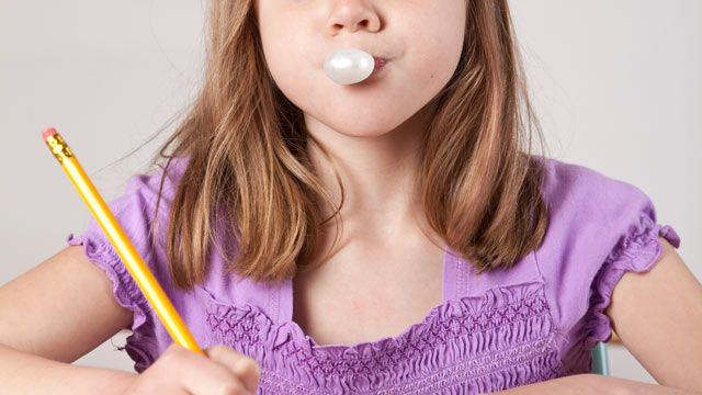 Guma de mestecat la copii. Varsta potrivita si consecintele inghitirii ei