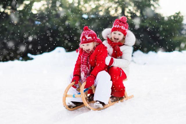 De ce ar trebui sa se joace copiii afara iarna
