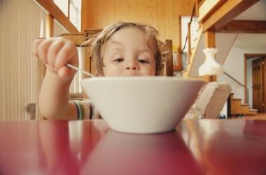 4 greseli pe care le fac parintii cand isi hranesc copiii