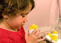 Decoratiuni de Pasti facute de copii.  Cosulet si Puisor
