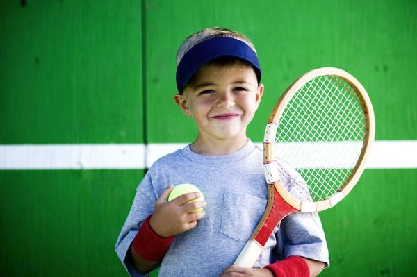 Tenisul in viata copilului tau. Beneficii si scoli de tenis unde poate invata sportul alb!